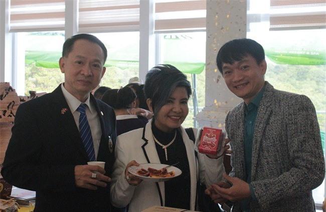 Doanh nhân Thái Lan cảm thấy rất thú vị với cà chua thân gỗ (Magic-S) của Lâm Đồng