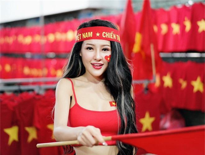 Ngân 98 thống trị Google bằng ảnh bán nude ăn mừng Việt