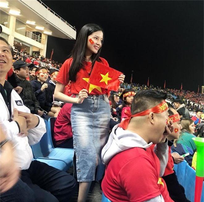 Ngân 98 bán nude mừng tuyển Việt Nam vô địch AFF Cup nổi