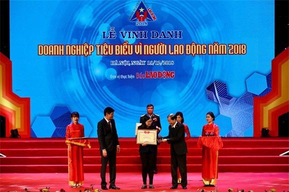 Bà Nguyễn Trần Hoàng Yến, Giám đốc Bán hàng toàn quốc của Công ty Nestlé Việt Nam lên nhận bằng khen Doanh nghiệp tiêu biểu vì Người lao động từ Ban tổ chức.