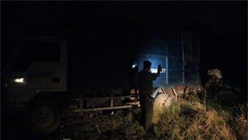 Lực lượng công an bắt quả tang xe tải đổ trộm rác thải công nghiệp ra môi trường