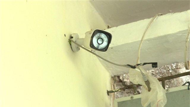 Một trong những chiếc camera mà Nguyễn Hoài Bắc lắp đặt xung quanh nhà mình để trợ giúp việc mua bán ma túy (Ảnh: Công an tỉnh Hưng Yên).