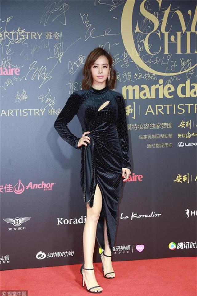 Nữ ca sĩ Thái Y Lâm chọn váy nhung ôm sát.