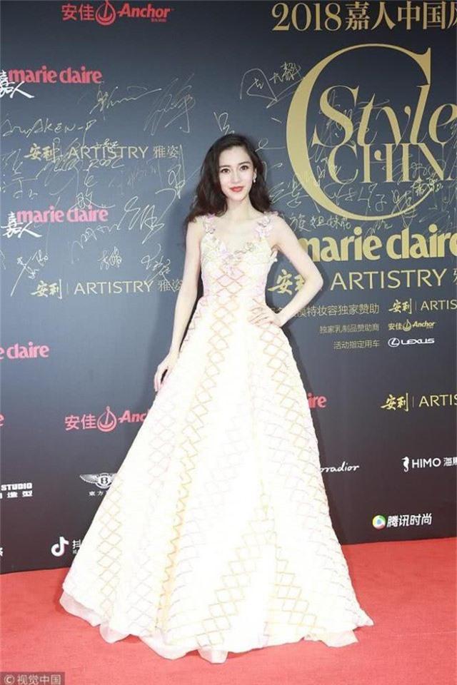 Angelababy lại chọn đầm dạ hội để hóa thân thành một cô công chúa xinh đẹp, trẻ trung trên thảm đỏ.