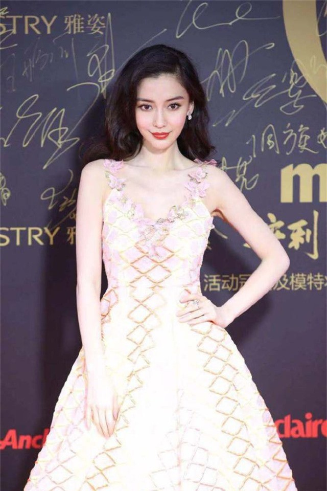 Angelababy được xem là một trong những biểu tượng nhan sắc và thời trang của làng giải trí Trung Quốc.