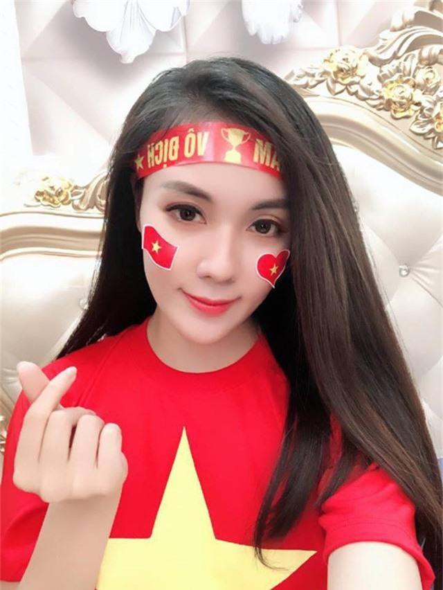"""""""Hot girl giảng viên"""" gây chú ý khi ra sân cổ vũ ĐT Việt Nam - Ảnh 3."""