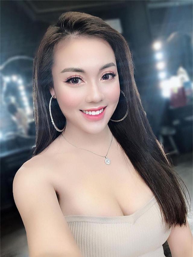 """""""Hot girl giảng viên"""" gây chú ý khi ra sân cổ vũ ĐT Việt Nam - Ảnh 7."""