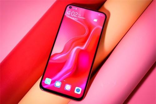 Huawei Nova 4 được trang bị màn hình IPS kích thước 6,4 inch, độ phân giải Full HD Plus (2.310x1.080 pixel), mật độ điểm ảnh 398 ppi.