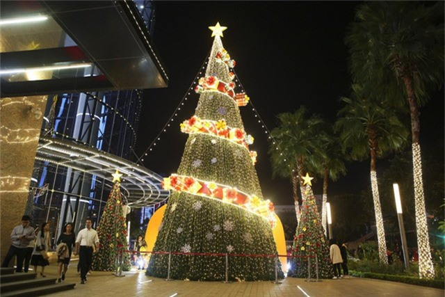 Tất cả các trung tâm thương mại lớn tại Hà Nội đều đã trang hoàng với cây thông, đèn sáng lung linh.