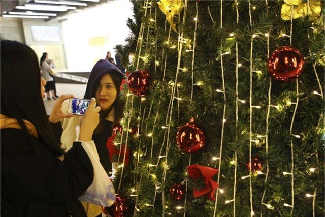 Các bạn trẻ thích thú và không bỏ lỡ cơ hội chụp ảnh cùng khung cảnh mùa đông trong dịp Noel.