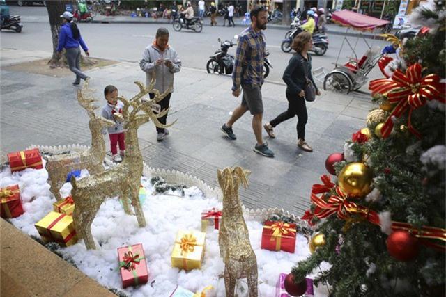 Những chú tuần lộc cùng các túi quà đặc trưng dịp Noel xuất hiện ven bờ hồ Hoàn Kiếm.