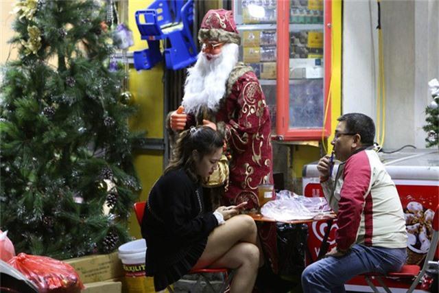 Một hình ảnh ông già Noel khoác chiếc áo choàng cách điệu trên đường phố.