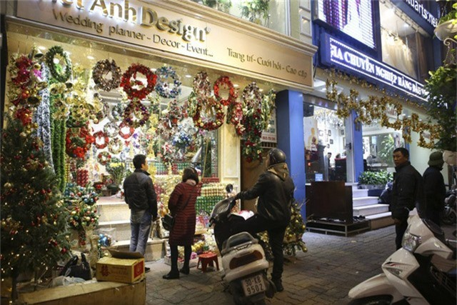 Một cửa hàng trên phố Đại Cồ Việt với vô số các loại phụ kiện phục vụ dịp lễ Noel.