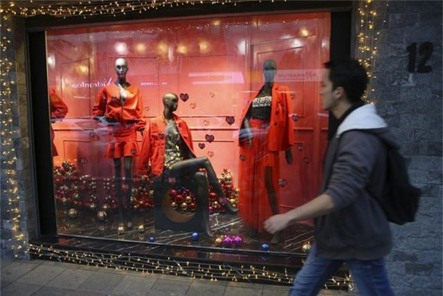 Có rất nhiều các cửa hàng thời trang bắt đầu trang trí và trình diễn những bộ trang phục màu đỏ trắng chủ đạo trong dịp này.