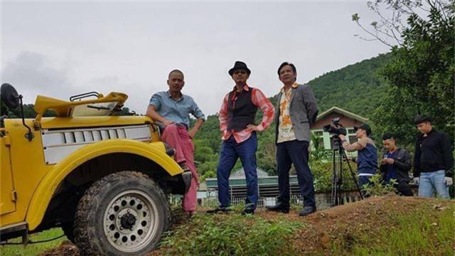 Đạo diễn Trần Bình Trọng, NSND Trung Hiếu và NSƯT Quang Tèo trong phim Đại gia chân đất.