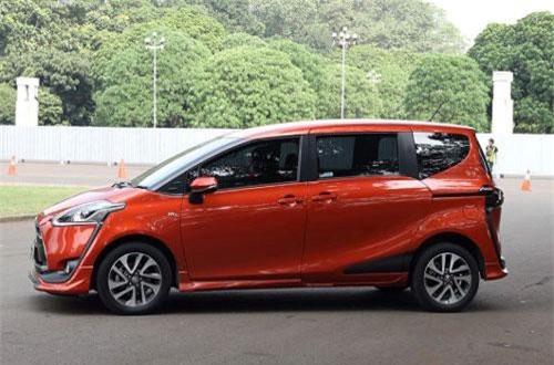 7. Toyota Sienta (doanh số: 10.047 chiếc).