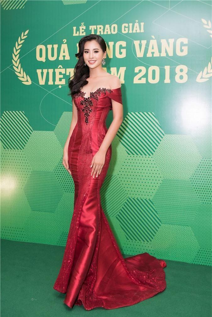 Hoa hậu Trần Tiểu Vy bối rối khi chạm mặt cầu thủ Quang Hải - Ảnh 1.