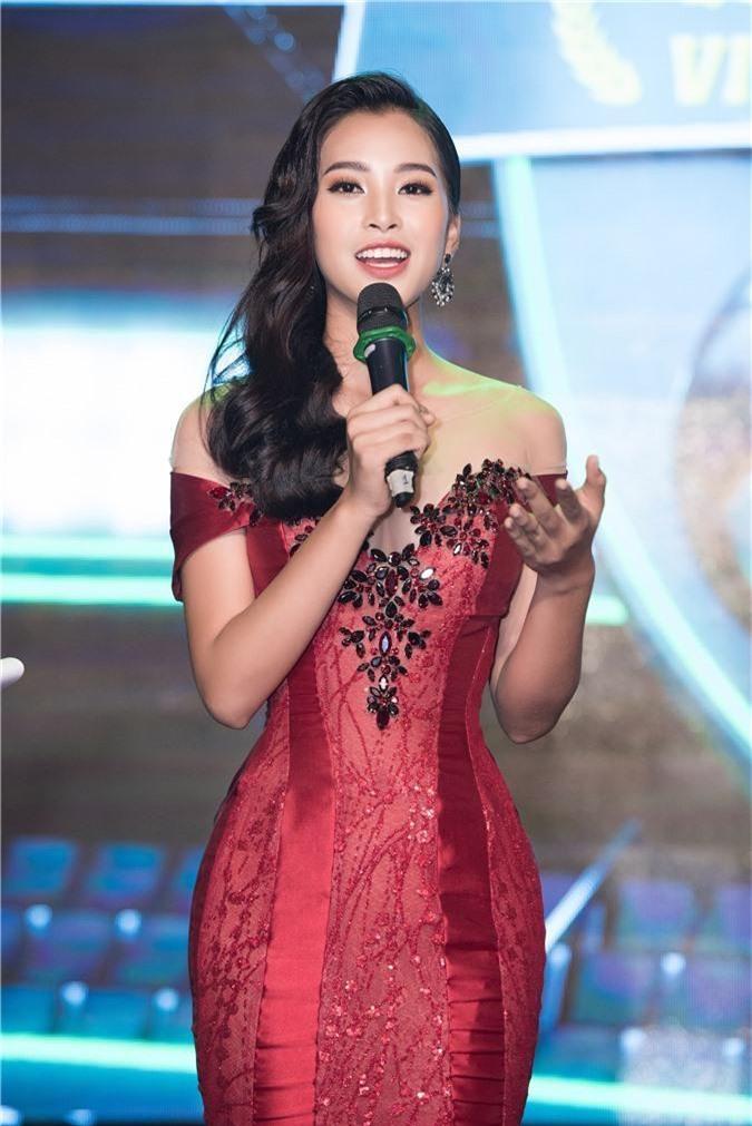 Hoa hậu Trần Tiểu Vy bối rối khi chạm mặt cầu thủ Quang Hải - Ảnh 2.