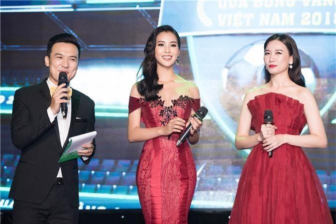 Hoa hậu Trần Tiểu Vy bối rối khi chạm mặt cầu thủ Quang Hải - Ảnh 3.