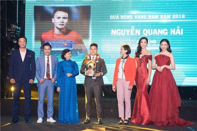 Hoa hậu Trần Tiểu Vy bối rối khi chạm mặt cầu thủ Quang Hải - Ảnh 4.
