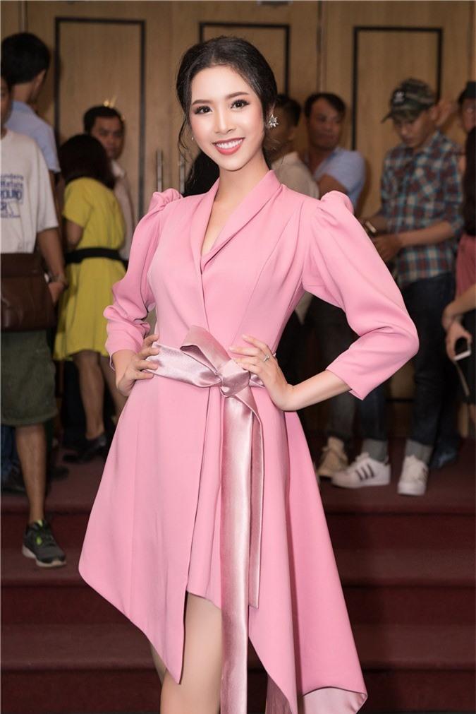 Hoa hậu Trần Tiểu Vy bối rối khi chạm mặt cầu thủ Quang Hải - Ảnh 5.