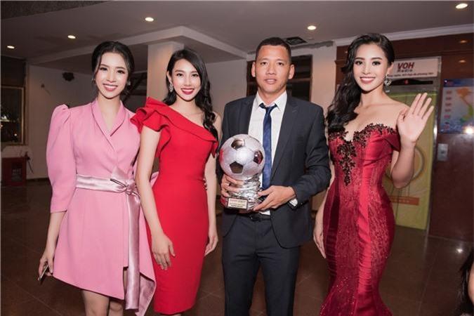 Hoa hậu Trần Tiểu Vy bối rối khi chạm mặt cầu thủ Quang Hải - Ảnh 6.