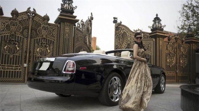 Vị doanh nhân giàu có này còn sở hữu hàng loạt xe khủng khác như Bentley Continental GTC Speed, Lexus…Ảnh: Zing.