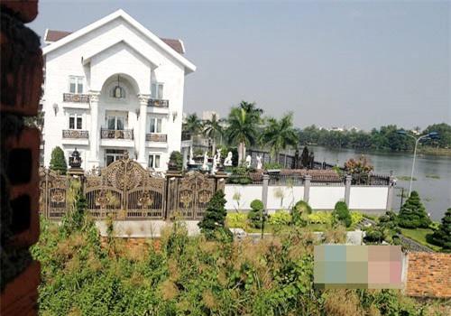 Không chỉ nắm trong tay những doanh nghiệp trăm, nghìn tỷ đồng, bố chồng Hà Tăng còn sở hữu biệt thự sang trọng ở khu Thảo Điền quận 2, TP HCM. Ảnh: Vietnamnet.