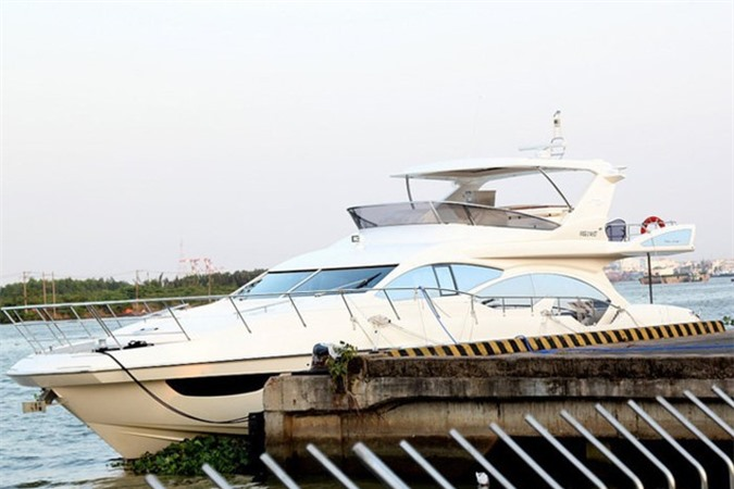 Bên cạnh đó, ông vua hàng hiệu Johnathan Hạnh Nguyễn còn tậu cho mình một du thuyền hạng sang bậc nhất của thương hiệu Azimuth (Ý). Ảnh: Zing.