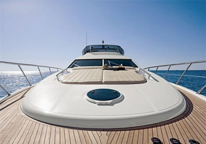 Du thuyền Azimut 70 của vị đại gia này là một trong những du thuyền hạng sang bậc nhất Sài Gòn với mức giá 4 triệu USD (gần 90 tỷ đồng). Ảnh: Zing.