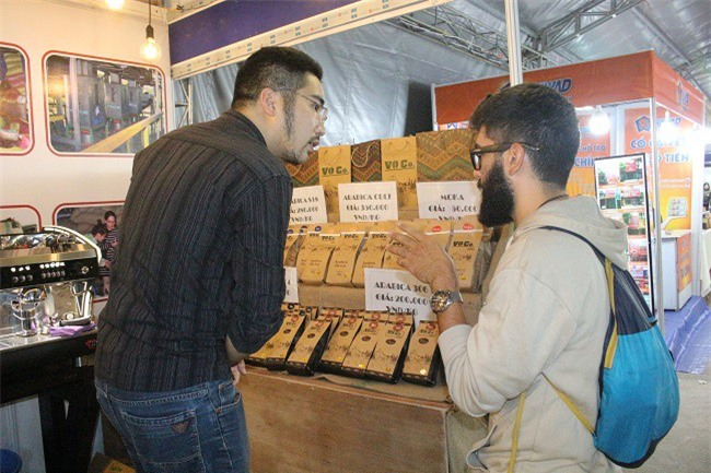 Có những vị khách nước ngoài rất quan tâm bởi sự quyến rũ bởi mùi hương của cà phê Arabica