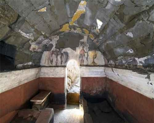 5. Ngôi mộ có tranh vẽ ở Cumae, Italia. Các nhà khảo cổ đã phát hiện ra một loạt các phòng chôn cất hình vòm được làm bằng đá núi lửa ở thành phố cổ Cumae, nằm cách thành phố Napoli của Italia 25 km về phía Tây.