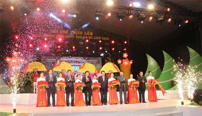 Lãnh đạo tỉnh Lâm Đồng cùng Ban tổ chức cắt băng khai mạc