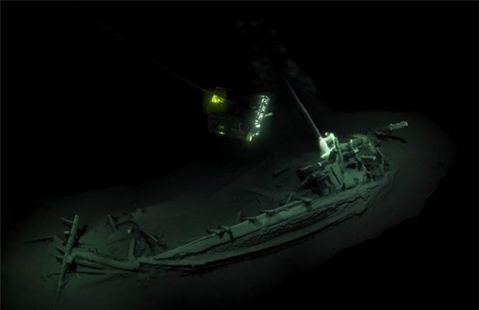2. Con tàu cổ đại nguyên vẹn nhất từng được tìm thấy. Đó là một con tàu buôn Hy Lạp có niên đại hơn 2.400 năm, được tìm thấy ngoài khơi bờ biển Đen thuộc lãnh hải Bulgaria.