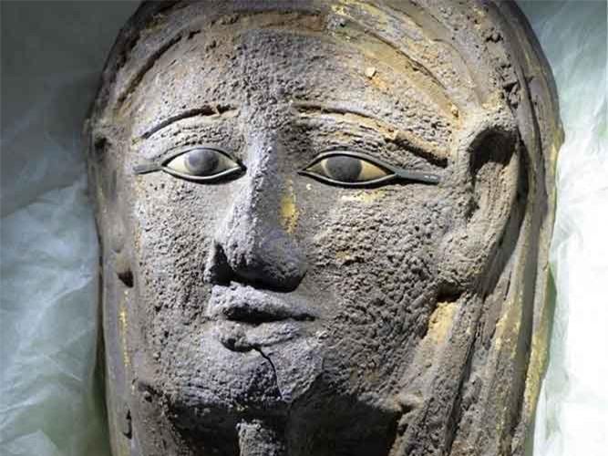 4. Mặt nạ xác ướp mạ vàng. Các nhà nghiên cứu tại Đại học Tübingen đã phát hiện ra một chiếc mặt nạ dát vàng trên xác ướp của một linh mục ở Saqqara, Ai Cập. Hiện vật khảo cổ này có niên đại từ thời Saite-Ba Tư (664-404 TCN).