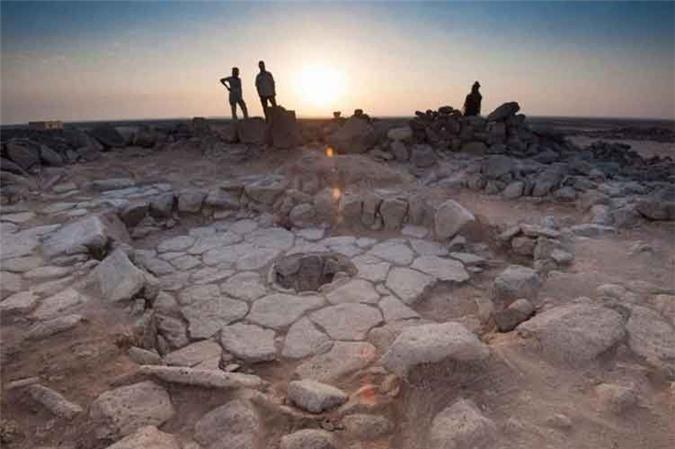 6. Bánh mì cổ nhất thế giới. Các nhà khảo cổ học phát hiện ra phần còn lại của một chiếc bánh mì hóa thạch có niên đại 14.400 năm trước tại một di chỉ khảo cổ ở phía đông bắc Jordan.