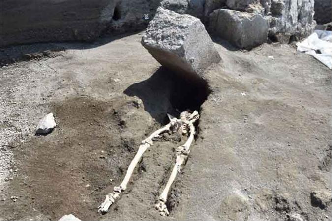 8. Tìm thấy hài cốt một công dân La Mã bị đá nghiền nát. Nhân vật xấu số này bị một tảng đá lớn nghiền nát đầu trên trong khi chạy trốn khỏi trận phun trào của núi lửa Vesuvius ở Pompeii năm 79 SCN.