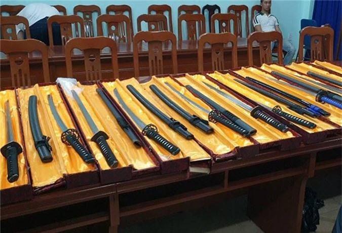 Phá đường dây mua bán vũ khí thô sơ, công cụ hỗ trợ với số lượng cực lớn - Ảnh 2.
