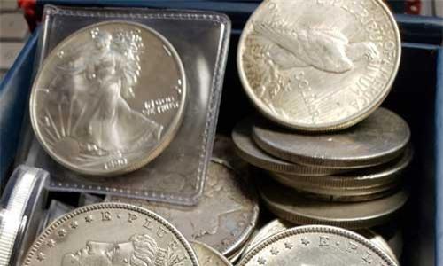 Hộp kho báu chứa đầy đồng xu bạc trị giá khoảng 1.000 USD. (Nguồn: THE BELLINGHAM HERALD)