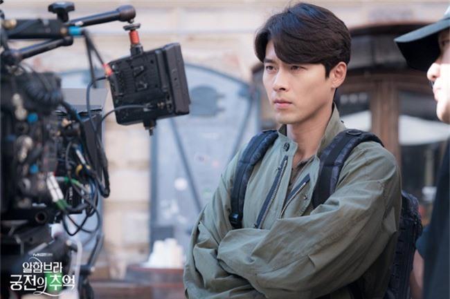 Fan của Hyun Bin sẽ thấy yêu anh hơn khi xem những hình ảnh hậu trường này - Ảnh 1.