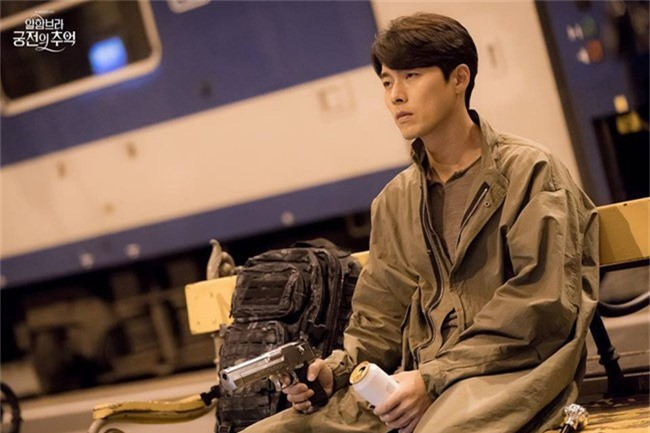 Fan của Hyun Bin sẽ thấy yêu anh hơn khi xem những hình ảnh hậu trường này - Ảnh 2.