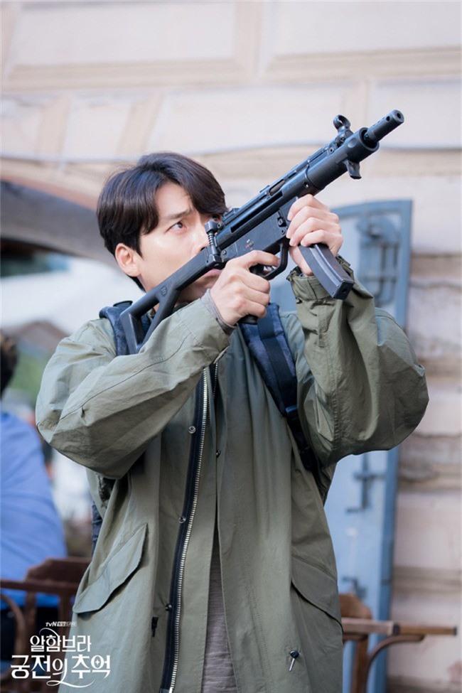 Fan của Hyun Bin sẽ thấy yêu anh hơn khi xem những hình ảnh hậu trường này - Ảnh 3.
