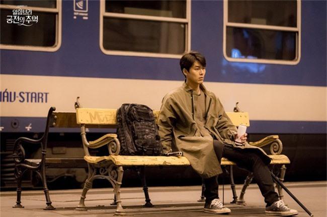 Fan của Hyun Bin sẽ thấy yêu anh hơn khi xem những hình ảnh hậu trường này - Ảnh 6.