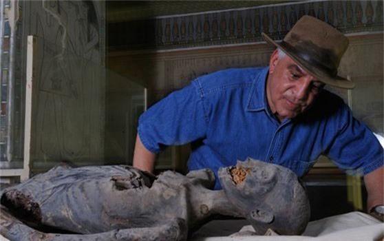 Zahi Hawass bên cạnh một xác ướp. Ảnh: Getty