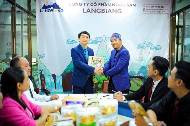 Ký kết hợp tác giữa Công ty nông sản LangBiang và đạo diễn trả Y Lâm Đăng Bing