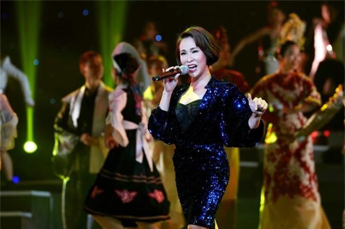 Uyên Linh hát Ngàn ước mơ Việt Nam.