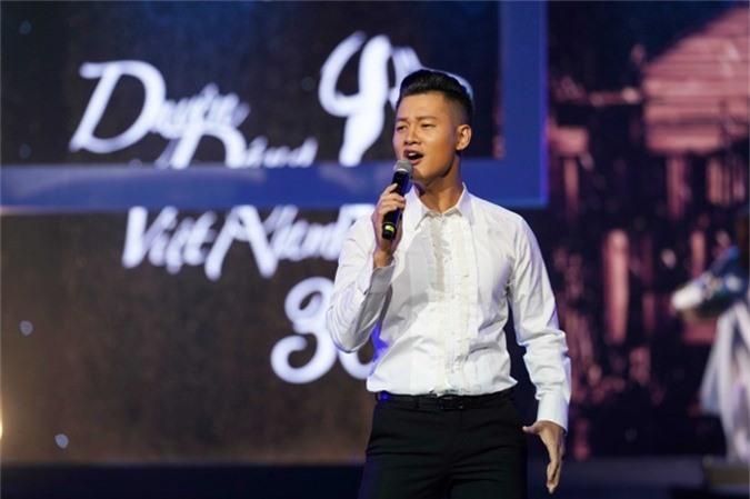 Đức Tuấn khoe giọng hát kỹ thuật qua hai hai ca khúc Tình ca phố và Tango kỷ niệm.