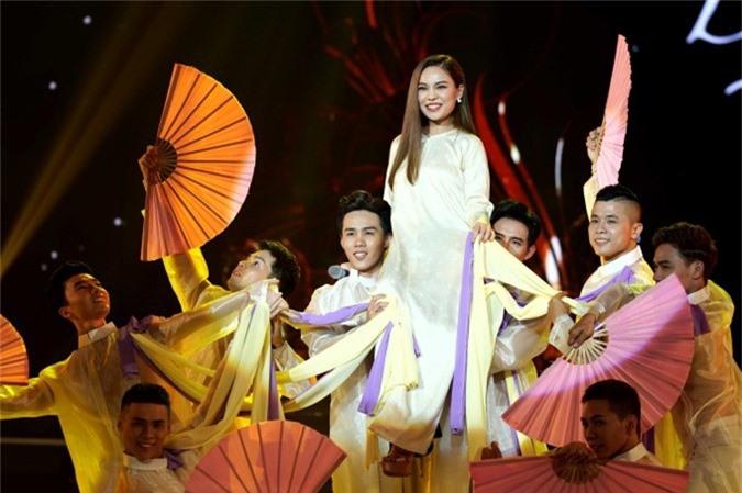 Giang Hồng Ngọc trở lại sân khấu âm nhạc sau thời gian bí mật sinh con trai. Trên sân khấu, cô diện áo dài trong tiết mục Gái xuân, biểu diễn cùng các vũ công nam.