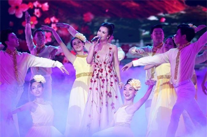 Võ Hạ Trâm trình bày Về hát giữa mùa xuân cùng vũ đoàn The Sun.