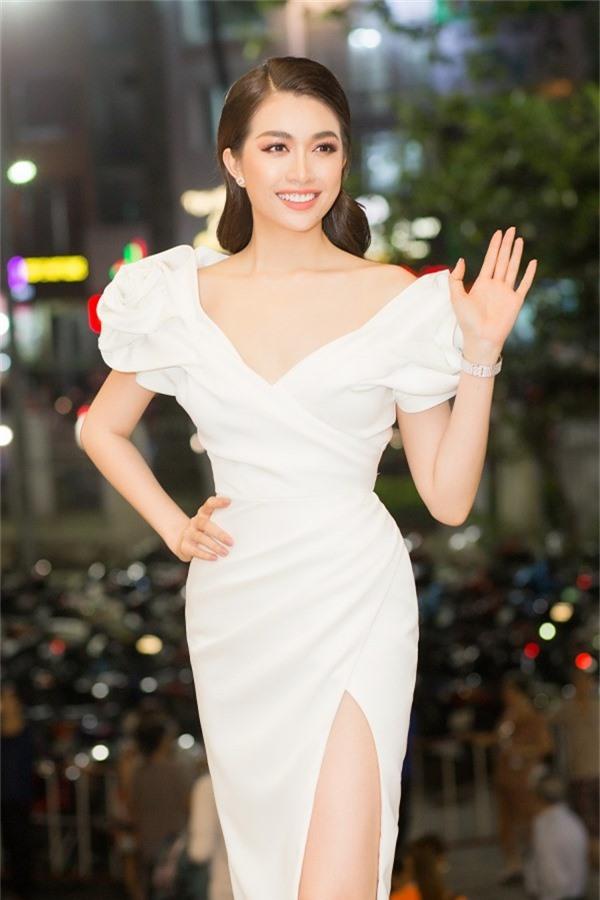 Người đẹp lựa chọn chiếc váy trễ vai, phần eo bó sát nhằm tôn hình thể trên thảm đỏ.